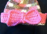 Crocheted baby hat with pink bow (0-3 months)