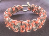 Paracord bracelet with shackle