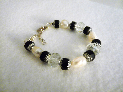 Bead bracelet w pearls, crystals & black beads.